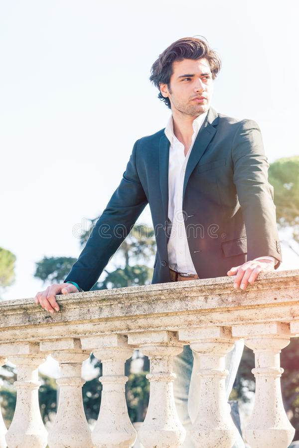 Eftertänksam italiensk man för elegant härlig affär charmig prince royaltyfria bilder