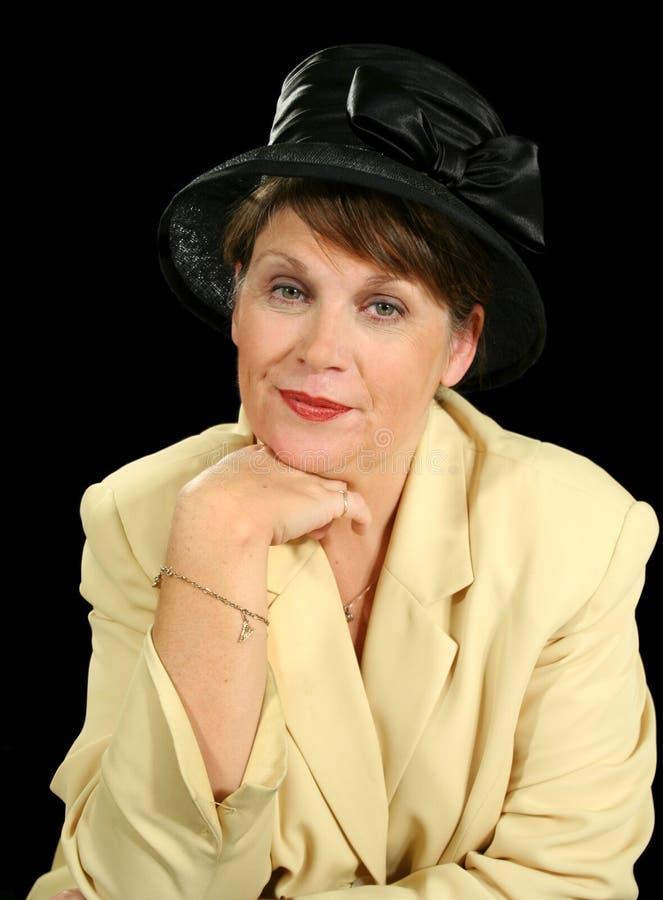 eftertänksam kvinna för svart hatt arkivfoto