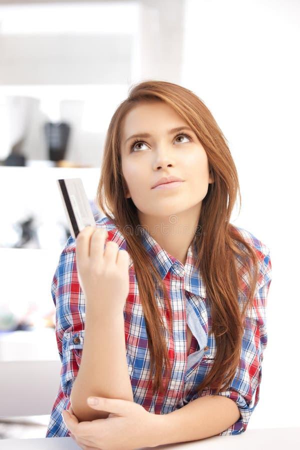 Eftertänksam kvinna med kreditkorten royaltyfri fotografi