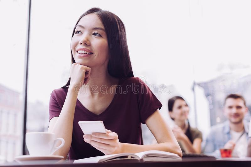 Eftertänksam kvinnlig student som drömmer om framtid royaltyfri foto
