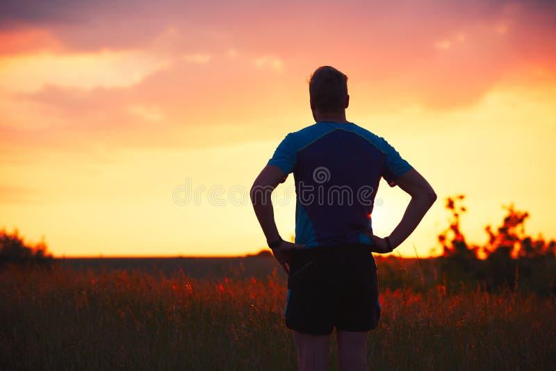 Eftertänksam löpare på solnedgången royaltyfri foto