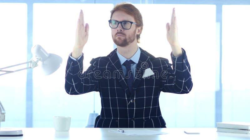 Eftertänksam man för rödhårig man som är borttappad i hans idérika tankar, idékläckning arkivfoton