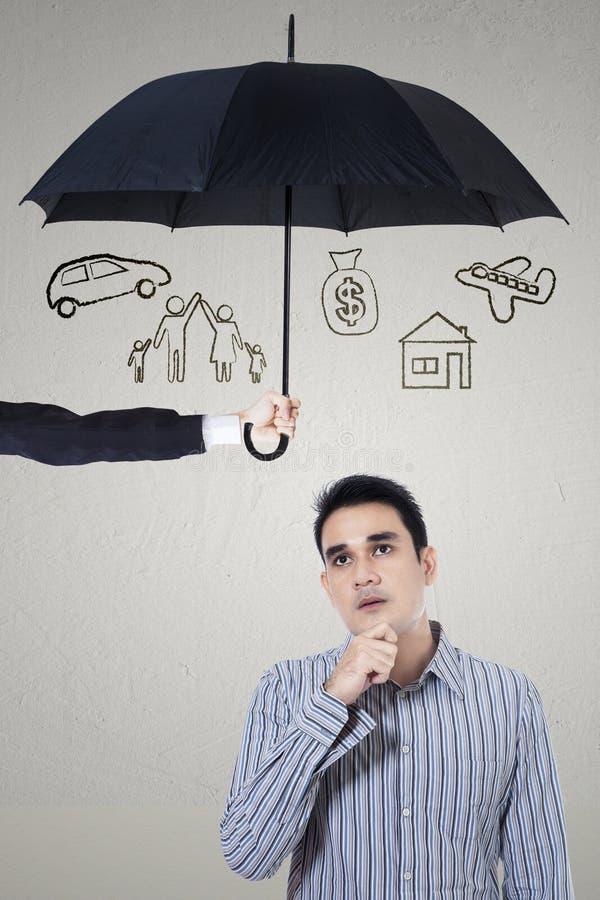 Eftertänksam man under paraplyet arkivfoton