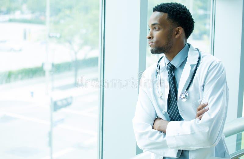 Eftertänksam sjukvårdprofessionell arkivbilder