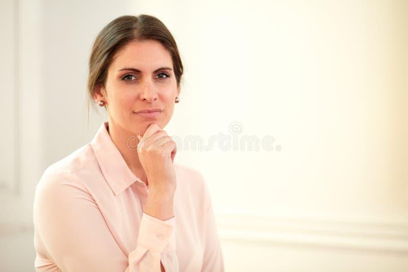 Eftertänksam ung affärskvinna som ser dig royaltyfri bild
