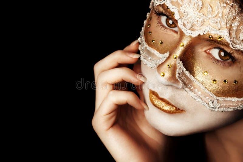 Eftertänksamma flickas framsida i en maskering royaltyfria bilder