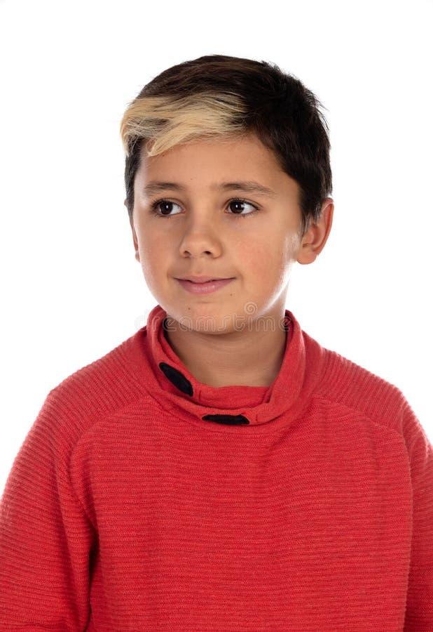Eftertänksamt barn med tio år och filt på hans hår royaltyfri foto