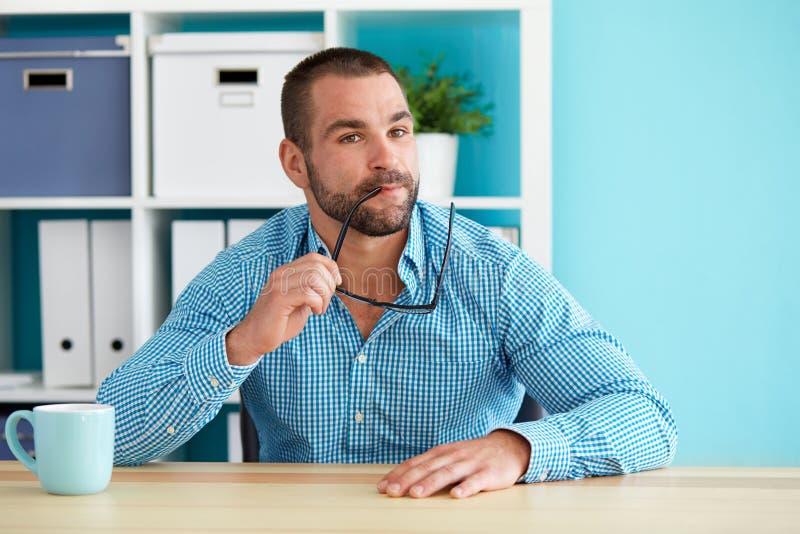 Eftertänksamt mansammanträde i kontoret arkivfoton