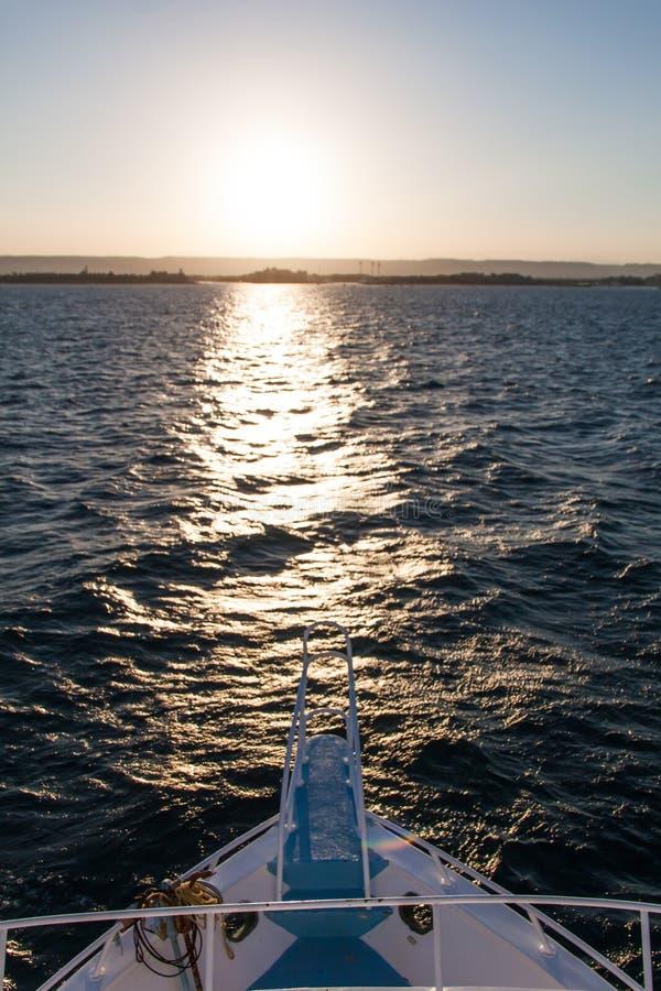 Egípcio Dive Boat Bow e Pullpit no por do sol com dunas de areia dentro imagem de stock