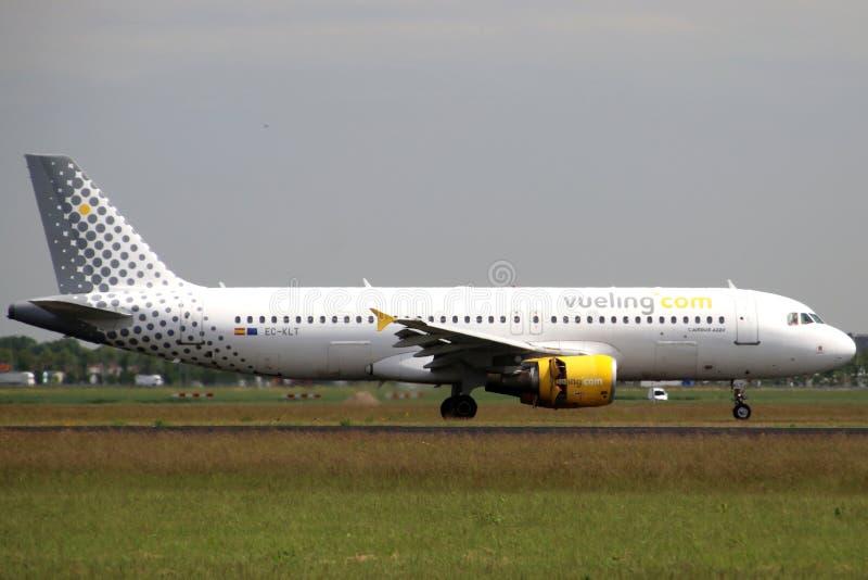 EG-KLT Vueling Airbus A320-216 Flygplan som landar på Polderbaan 36L-18R vid flygplatsen Schiphol i Amsterdam i Nederländerna royaltyfri foto