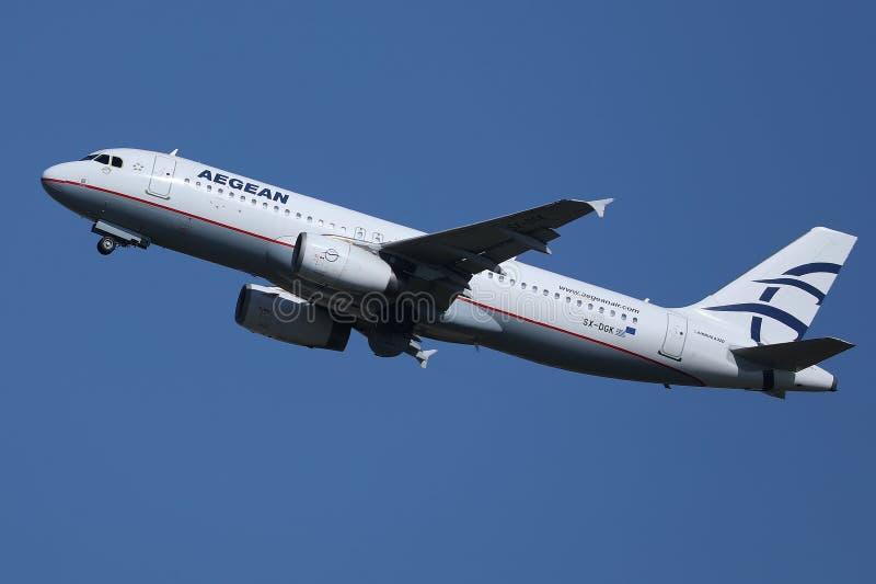 Egeïsch luchtvaartlijnenvliegtuig die aan vakantiebestemmingen vliegen royalty-vrije stock foto