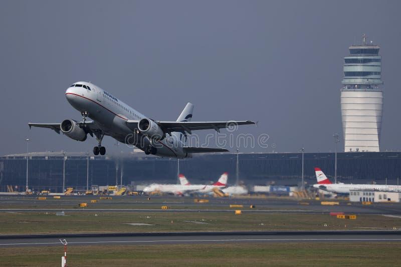 Egeïsch luchtvaartlijnenvliegtuig die aan vakantiebestemmingen vliegen stock afbeeldingen