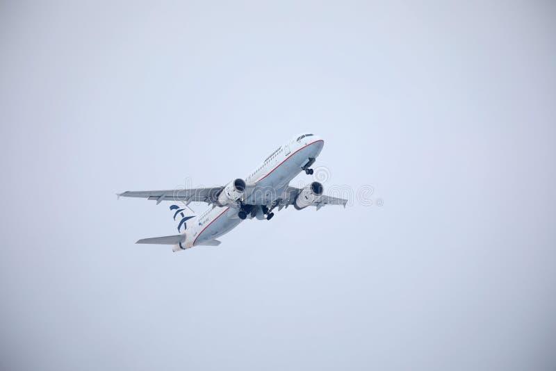 Egeïsch luchtvaartlijnenvliegtuig die over de Luchthaven van München, Duitsland vliegen stock foto's