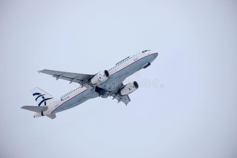 Egeïsch luchtvaartlijnenvliegtuig die over de Luchthaven van München, Duitsland vliegen stock foto