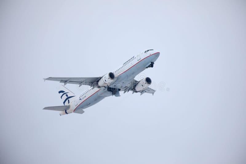 Egeïsch luchtvaartlijnenvliegtuig die over de Luchthaven van München, Duitsland vliegen royalty-vrije stock afbeelding