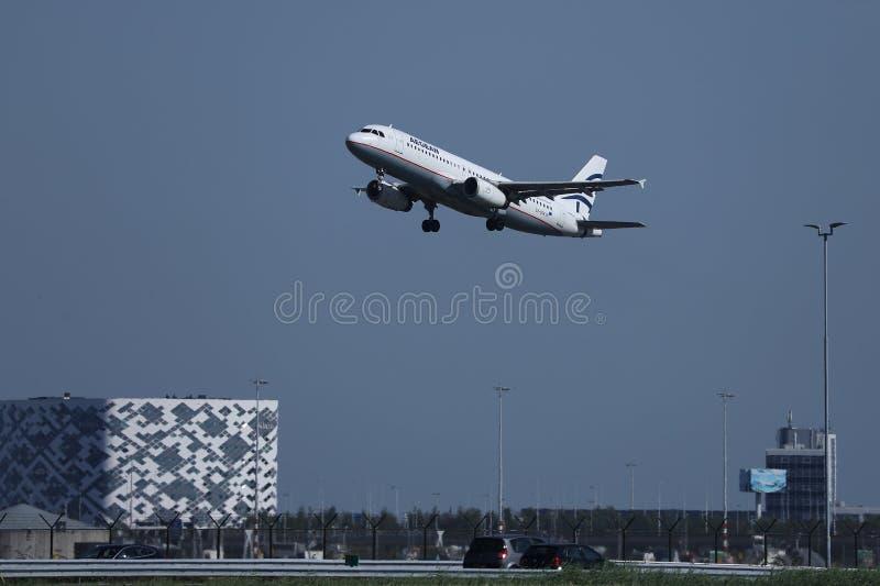 Egeïsch luchtvaartlijnenvliegtuig die van de Luchthavenams van Amsterdam Schiphol van start gaan royalty-vrije stock afbeelding