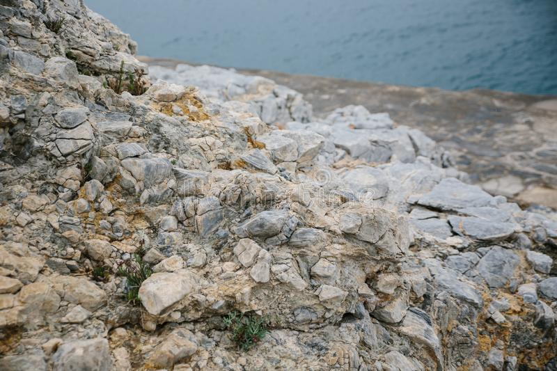 Egeïsche kust in Turkije, steenrotsen en blauw water royalty-vrije stock afbeelding