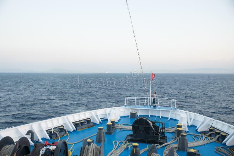 Egeïsche Overzees, Griekenland 17 Juli, 2018: Zeeman die aan foredeck werken van stock afbeeldingen