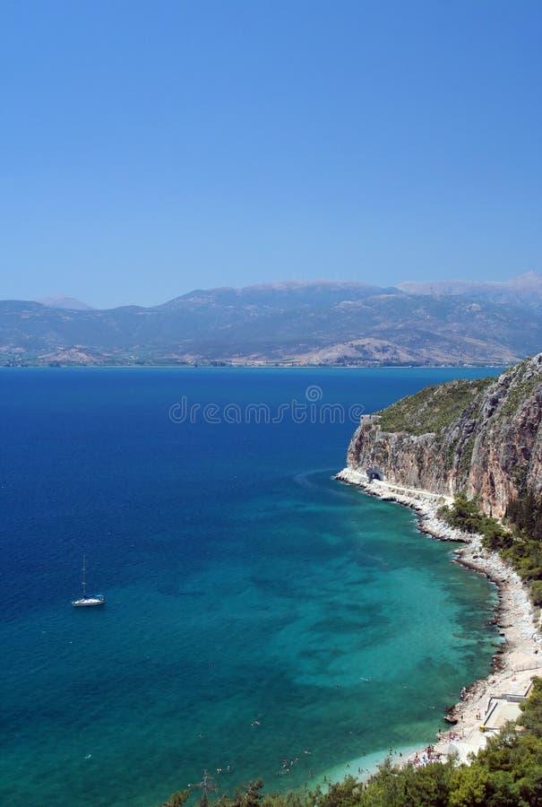 Egeïsche overzeese kust dichtbij Nafplio royalty-vrije stock afbeelding