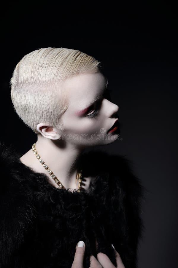 egenart Glamorös välklädd blond kvinna med kort frisyr royaltyfria bilder