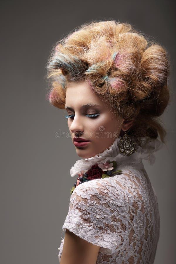 egenart Haute couture Stroppig kvinna med kulört hår royaltyfri fotografi