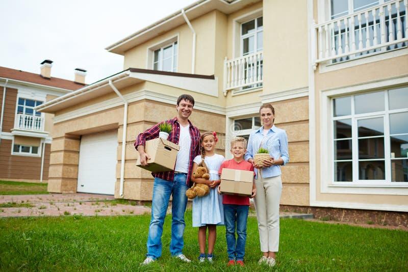 Egendomsägare som flyttar sig till det nya hemmet royaltyfria foton