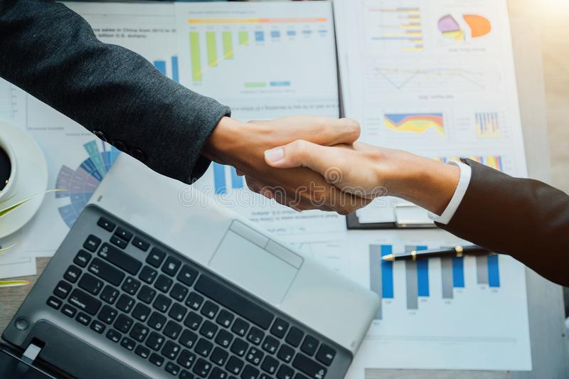 Egenföretagande för ledare för lag för handskakningaffärspartners lyckat royaltyfria bilder