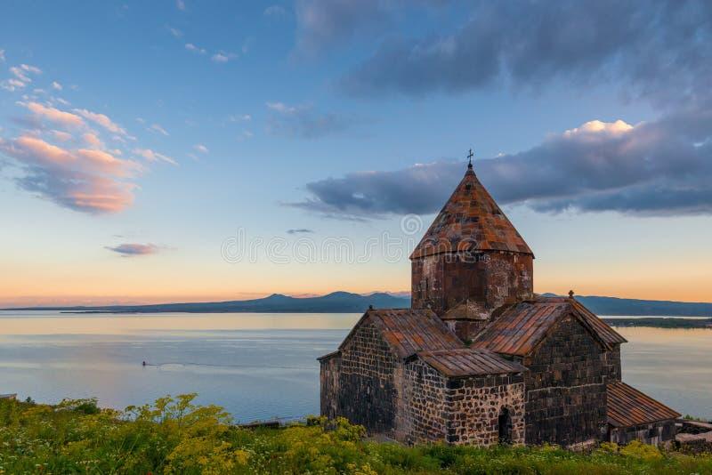 Egenskap av Armenien den berömda gränsmärkekloster Sevanavank och sjön Sevan arkivfoto
