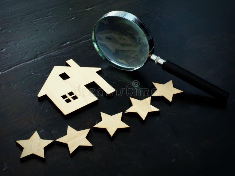 Egenskapsvärdering och hem- värdering Modell av huset och fem stjärnor arkivbild