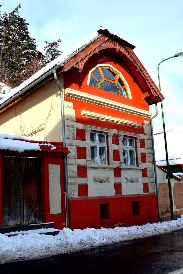 egenskapt hus Typisk stads- landskap av staden Brasov, i vintertid, Transylvania royaltyfri fotografi