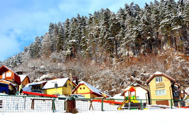egenskapt hus Typisk stads- landskap av staden Brasov, i vintertid, Transylvania royaltyfria bilder