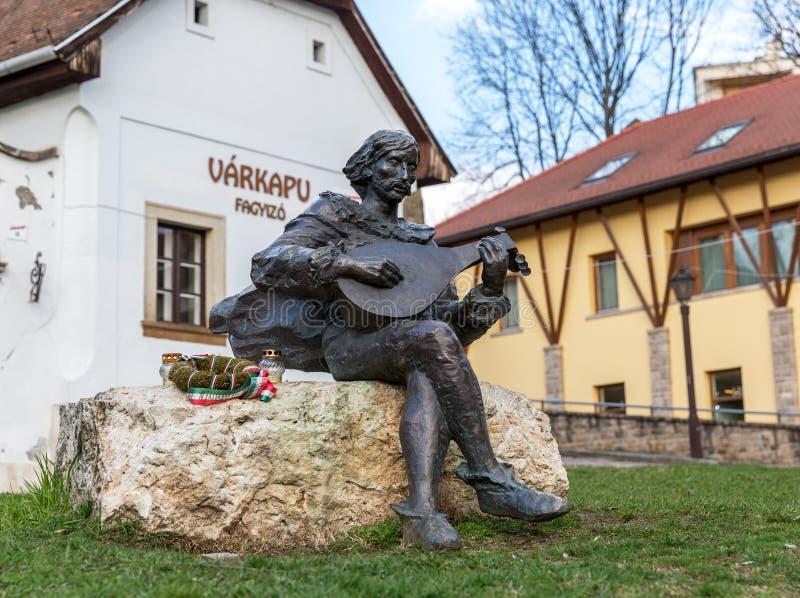 EGER, HUNGRÍA - 8 DE MARZO DE 2016: Estatua de un músico medieval de la calle fotografía de archivo libre de regalías