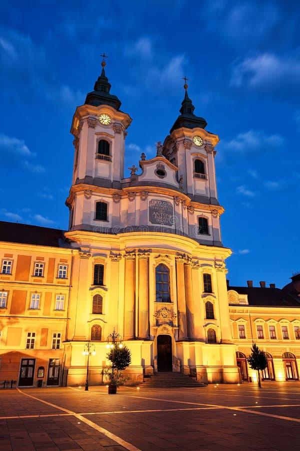 EGER, UNGERN - 2 juli 2018: Minoritkyrkan på det centrala torget i staden Eger i Ungern arkivbild