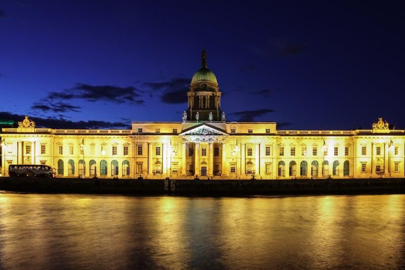 Eget hus på natten dublin ireland arkivbild