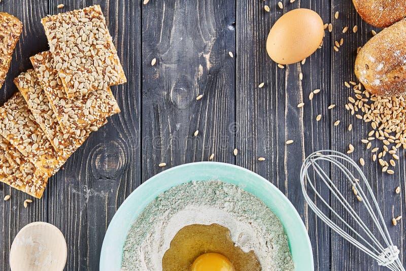 Egg в муке, ingridients хлебопекарни для хлеба, пицце или пироге делая ingridients, положение еды плоское на деревянной предпосыл стоковые фото
