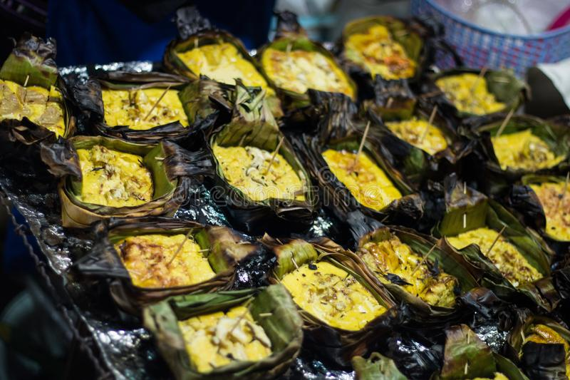 Egg гриль в лист банана на огне горя варить зажаренные яичка еда стоковые фото
