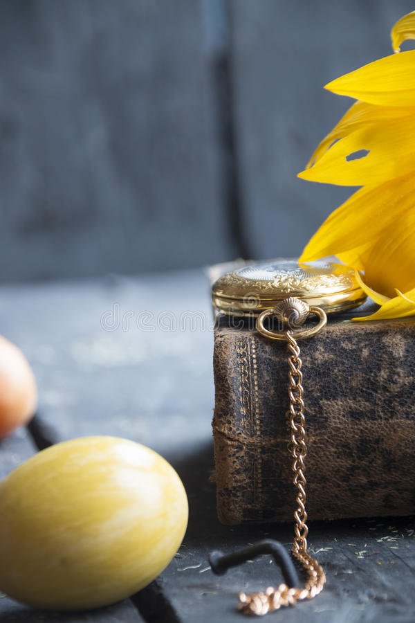 Egg и вахта золота карманный, предпосылка пасхи стоковая фотография rf