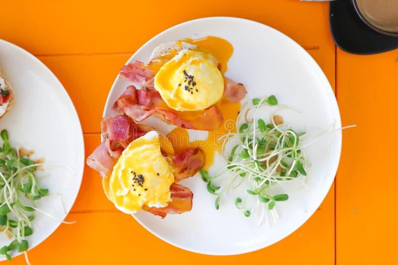 Egg Benedict ou pão com bacon e ovo escalfado fotografia de stock