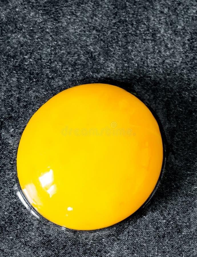 egg cassé sans sa coquille sur le fond de vintage photos stock