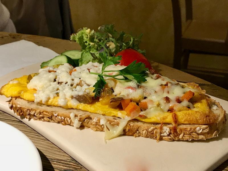 Egg Crostini avec le fromage et le jambon/Canape de baguette et blanc grillés photographie stock libre de droits