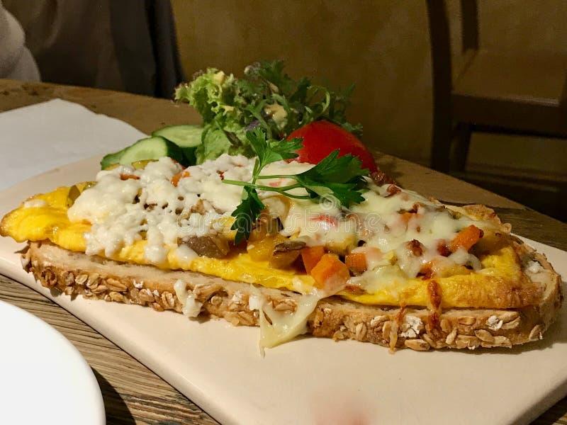Egg Crostini con le baguette, la ricotta ed il prosciutto/le canape tostati fotografia stock libera da diritti