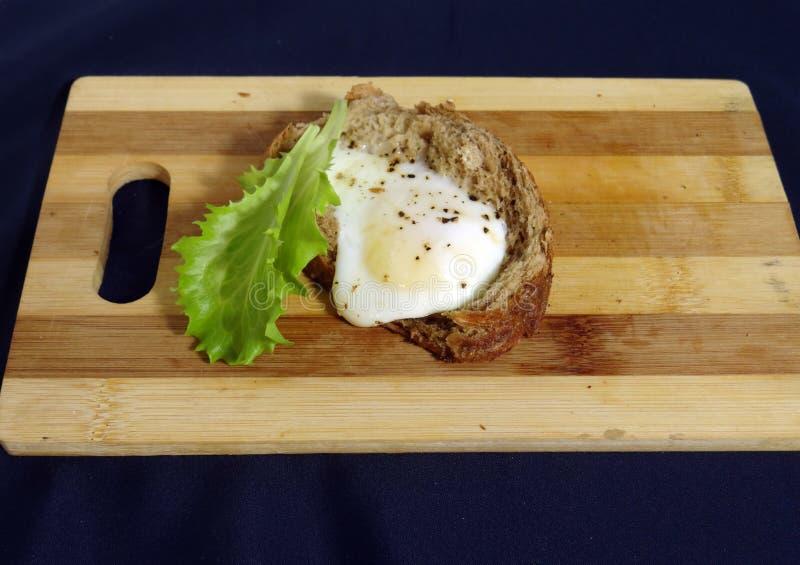 Egg en el pan para los huevos fritos del desayuno franceses imagenes de archivo