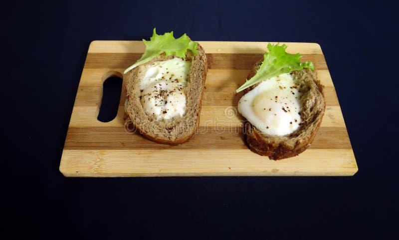 Egg en el pan para los huevos fritos del desayuno franceses foto de archivo libre de regalías