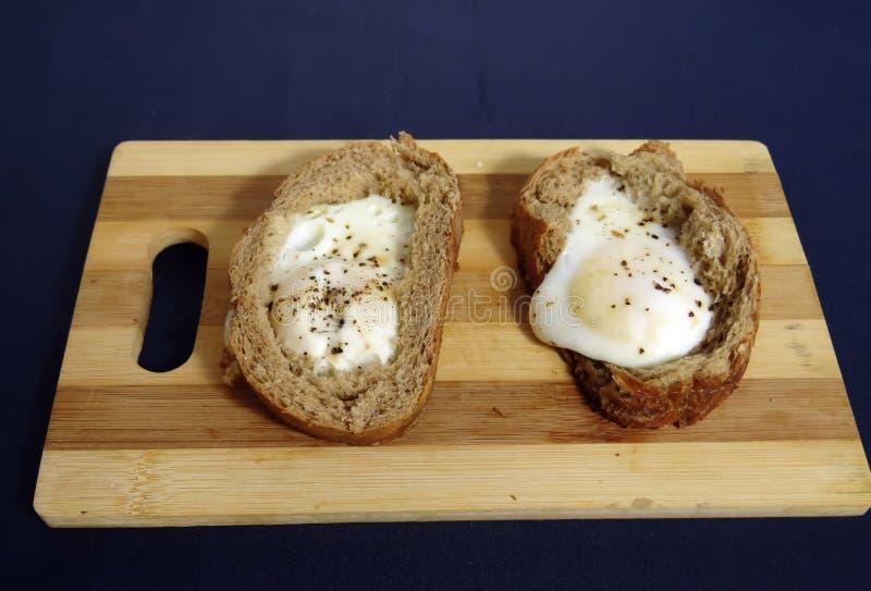Egg en el pan para los huevos fritos del desayuno franceses fotografía de archivo