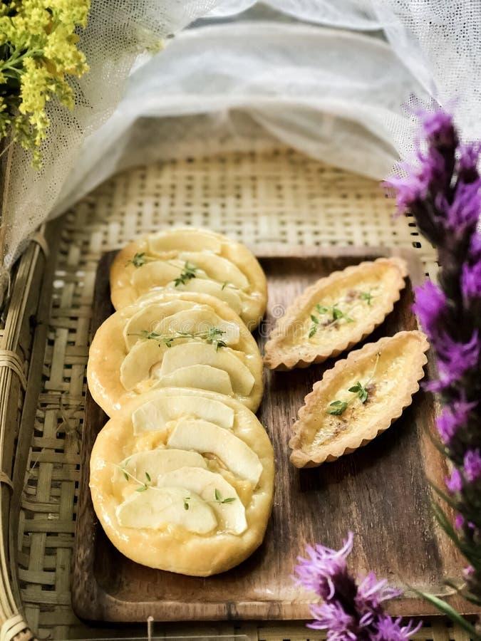 Egg la crostata e la crostata di mele della crema sul piatto di legno fotografia stock