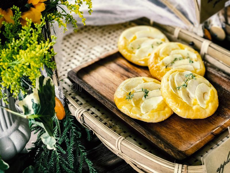 Egg la tarte et la tarte de corossol du plat en bois photo stock