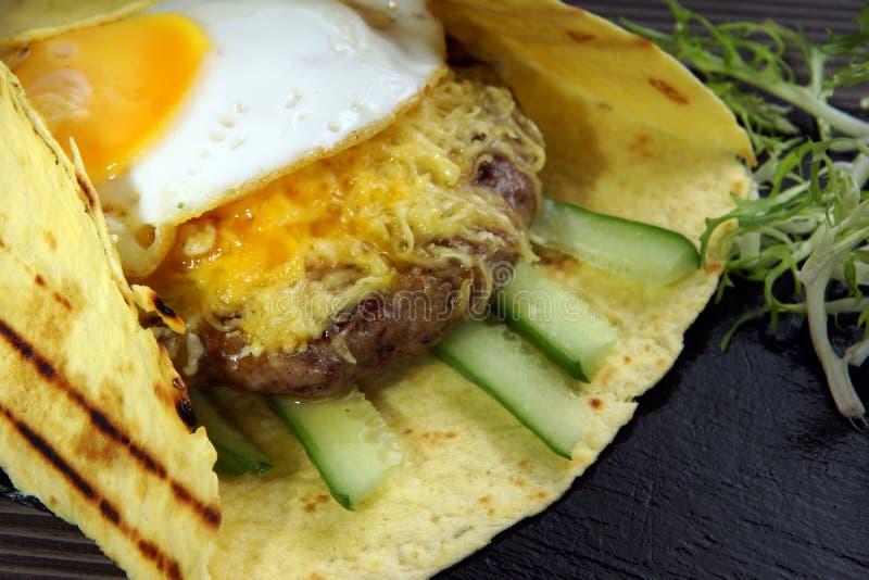 Egg la tortilla avec le patio, la salade juteuse et le pain pita de boeuf, grillés image stock