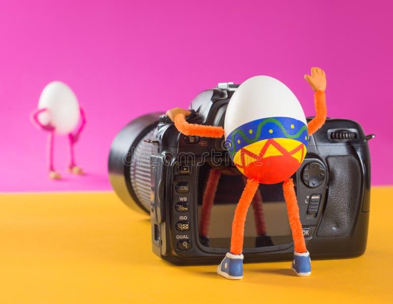 Egg le photographe dans un studio prenant le tir du modèle d'oeufs images stock