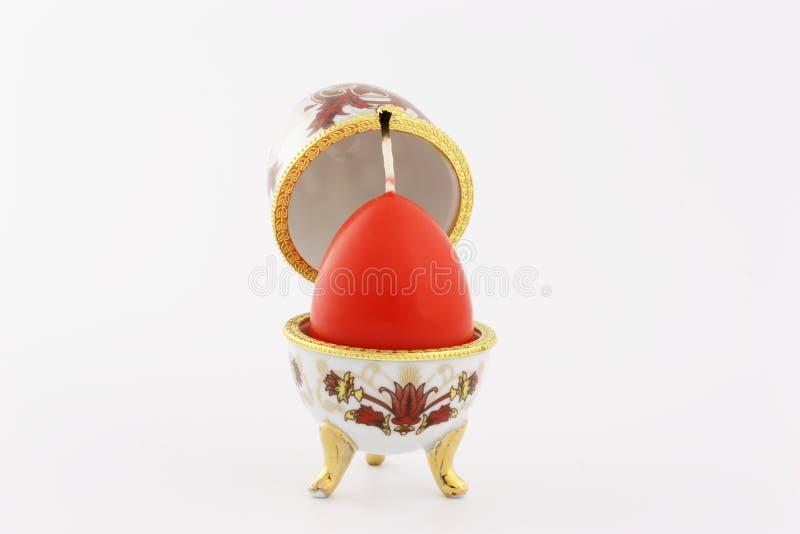 Egg um caixão com a cera vermelha um a vela imagem de stock royalty free