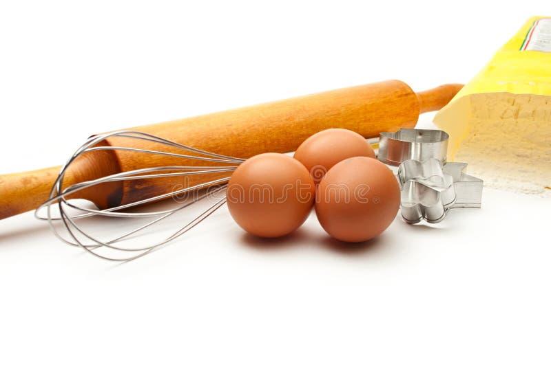 Eggbeater e ovos fotografia de stock
